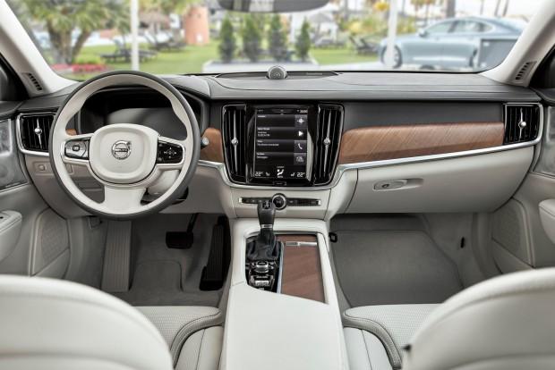 Ugye, hogy olyan, mint az XC90? Igen: ugyanolyan elegáns és a minőség is ugyanolyan igényes. Csak a Mercedes E-osztály minősége jobb, de nem sokkal