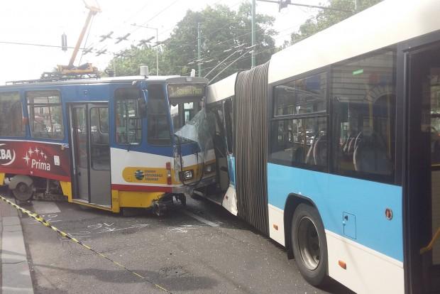 Busz és villamos ütközött Szegeden, fotó is van