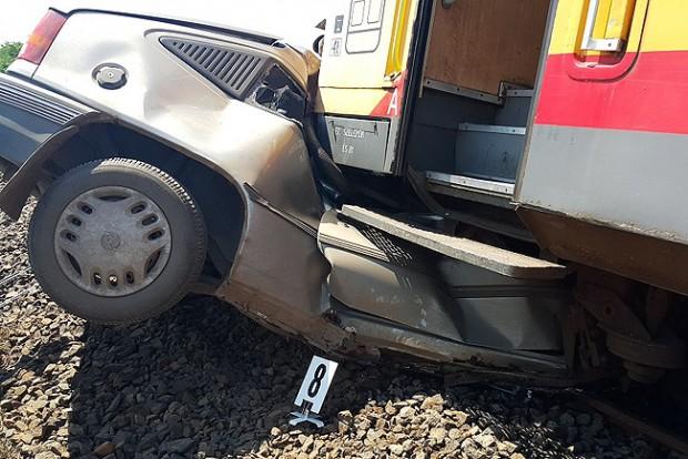 Kilapított a vonat egy autót Erdőteleknél – fotó