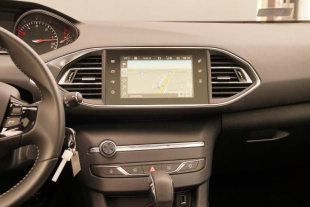 Az érintőképernyő divatos dolog, de egy autóban azért ennél több igazi klasszikus gomb kell mellé