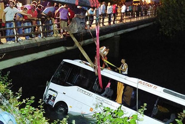 Iskolásokkal zuhant csatornába egy török busz