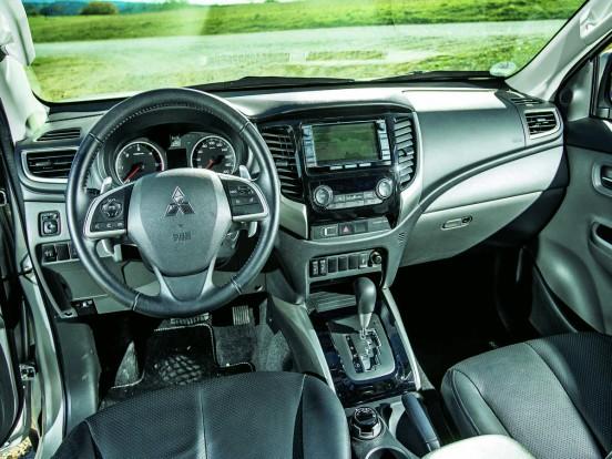 Top felszereltsége igazi luxus teherautót varázsol a Mitsubishi L200-ból. Bőrt kaptak az elektromosan beállítható ülések, bixenon fényszórók világítanak