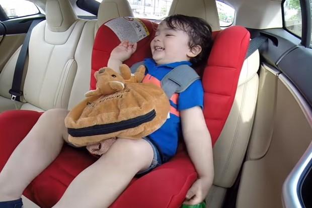 A Tesla Model S gyorsulása már a legkisebbek számára is felejthetetlen élmény