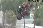 Irreális baleset: a versenyautó hét méterre pattant fel