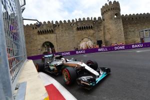 F1: Hamiltonnak nincs ellenfele Bakuban