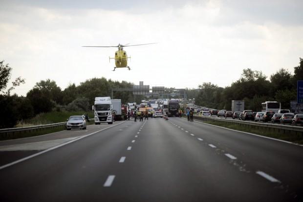 Tárnok, 2016. június 11. Mentõhelikopter érkezik egy baleset helyszínére, ahol egy pótkocsiba rohant egy személyautó az M7-es autópálya Budapest felé tartó oldalán, a tárnoki lehajtó elõtt 2016. június 11-én. A balesetben négyen súlyos sérüléseket szenvedtek, mindannyian a személygépkocsiban utaztak. MTI Fotó: Mihádák Zoltán