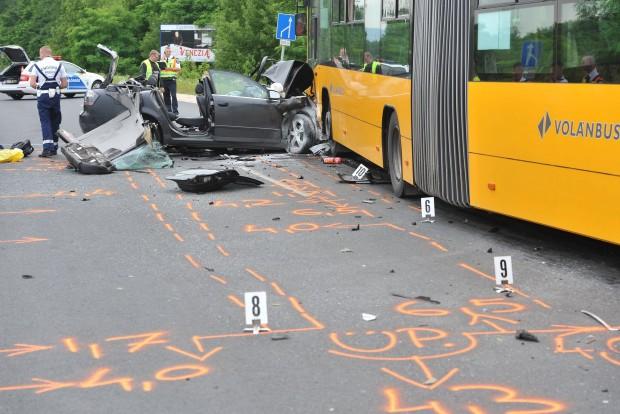 Fót, 2016. június 13. Rendõrök helyszínelnek Budapest és Fót között, Sikátorpuszta közelében, ahol egy személyautó menetrend szerinti autóbusszal ütközött 2016. június 13-án. A balesetben egy ember súlyosan megsérült. MTI Fotó: Mihádák Zoltán