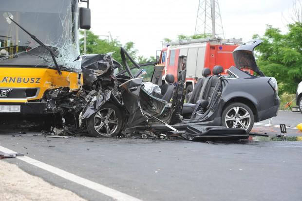 Fót, 2016. június 13. Összetört jármûvek Budapest és Fót között, Sikátorpuszta közelében, ahol egy személyautó menetrend szerinti autóbusszal ütközött 2016. június 13-án. A balesetben egy ember súlyosan megsérült. MTI Fotó: Mihádák Zoltán