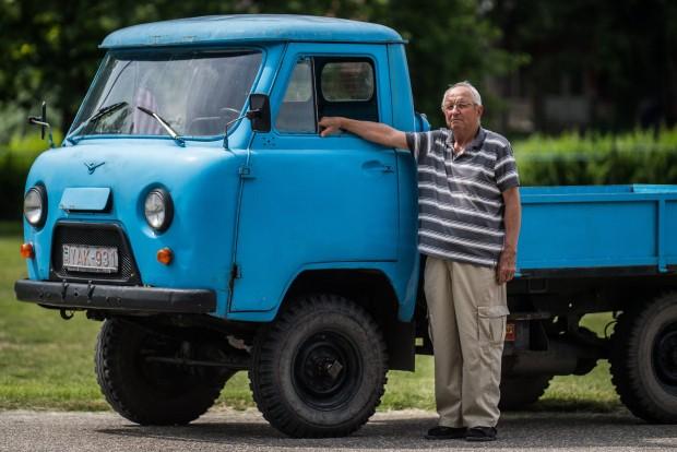 Kecel, 2016. június 11. Szevcsik József áll egy Perkincz motorral szerelt csettegõje mellett a VII. Keceli Meggyfesztiválon megrendezett csettegõk versenyén 2016. június 11-én. A Dél-Alföldön elterjedtek a csettegõk, amelyeket tréfásan mezõgazdasági kabriónak is neveznek. Ezek általában kiszuperált autók alkatrészeibõl egyedileg készített szállítójármûvek, amelyeket a gyümölcs- és szõlõtermelõk használnak a gazdaságukban. MTI Fotó: Ujvári Sándor