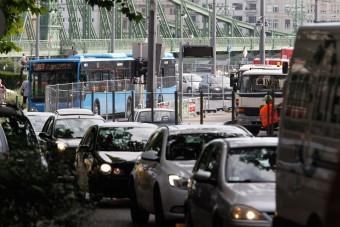 Vidéken több, Budapesten kevesebb lett az autó