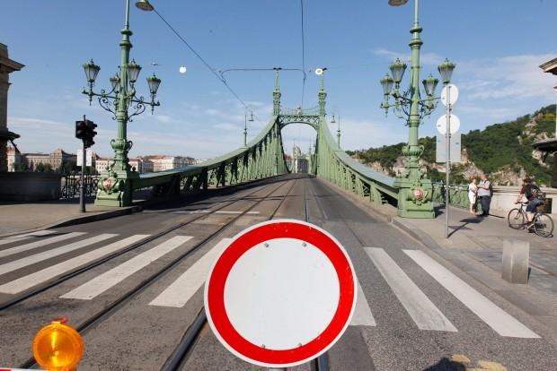 Egész nyárra lezárták a Szabadság hidat – fotók