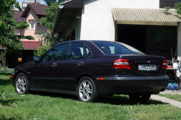 200 000 kilométer sincs benne, öt éve a dízel S40 visszavonult tartalék autónak