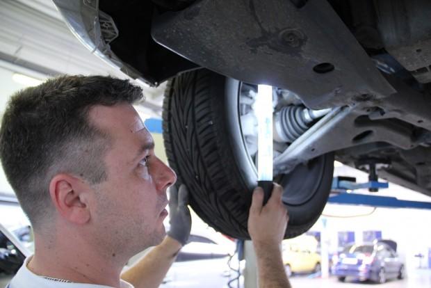 A kiszálló szakértő próbautat és megbontás nélküli, szemrevételezéses vizsgálatot kínál. Ha adott a műhely és az eladó megengedi, akkor tudja megemelni a használt autót. Képünk illusztráció