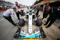 F1: Rosbergnek gondjai vannak a gumikkal
