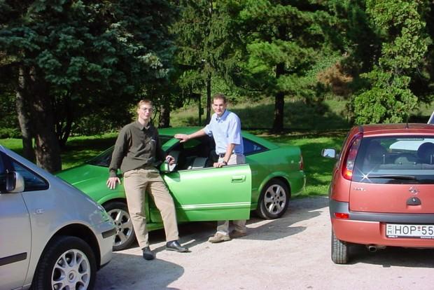 Balra a szerző, jobbra a Volvo 2001-es tesztjét író Nagy Gergő látható. Az S40-ről nem maradt fent közös fényképünk, talán floppyn lehet