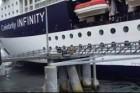 Kikötőnek ütközött a hatalmas luxushajó