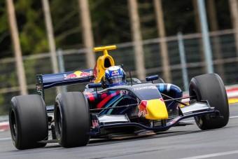 Szupersztárt ültetett autóba a Red Bull
