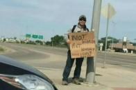Hajléktalannak öltözött rendőr szívatta az autóst