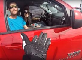 Felkavaró videó: fegyvert szegezett a motorosra