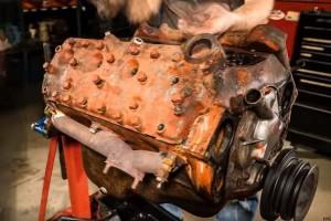 Nézd ahogy ez a gyönyörű V8-as motor új életre kel