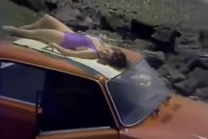 Bikinis csaj, csók és tehén ebben az 1984-es reklámban