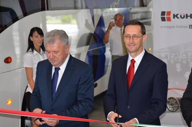 Az új gyáregység avatási szalagját Krankovics István, a Kühne elnöke, valamint Varga Mihály, nemzetgazdasági miniszter vágta át.