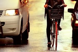 Utcai harc kerékpáros és autós között