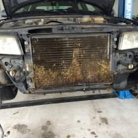 Ezt látta a szerelő miután levette a kocsi lökhárítóját