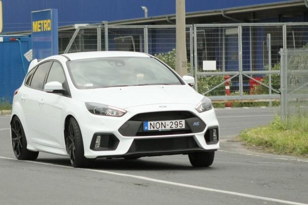 A Ford Focus RS-sel elvileg száraz úton is lehet kisebbeket farolni, de a tesztautó feláras, semislick gumija nem segítette a dolgot