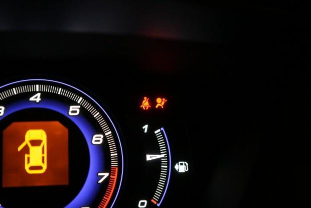 A légzsákos lámpa ezen a Civicen több mindent jelezhet. Alapértelmezésben általában azt, hogy az utasoldali légzsák ki van kapcsolva - de utalhat a légzsák-elektronika hibájára is
