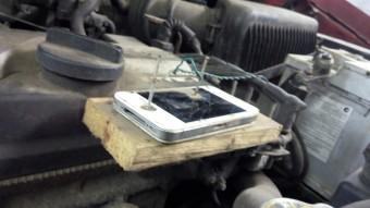 Mit keres egy bedrótozott, szeggel átütött iPhone a motortérben?