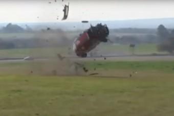 Halálpörgés a versenypályán: 11-szer pördült át az autó