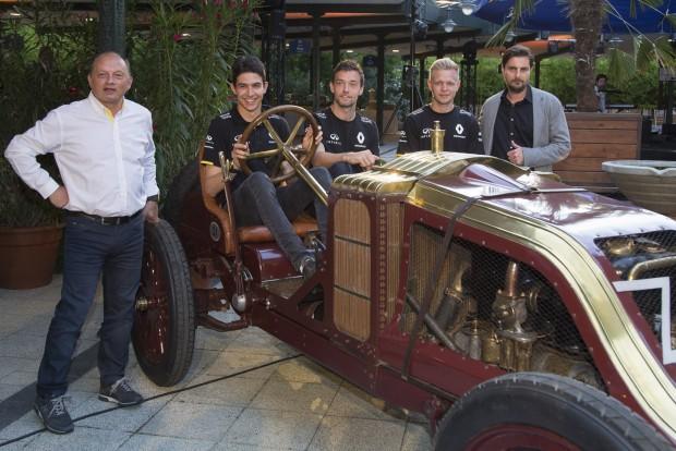 Balra Frederic Vasseur csapatfőnök, a kormány mögött Esteban Ocon tartalékversenyző, majd Jolyon Palmer és Kevin Magnussen, a két pilóta valamint Wachtler Tamás, a Renault importőr-igazgatója