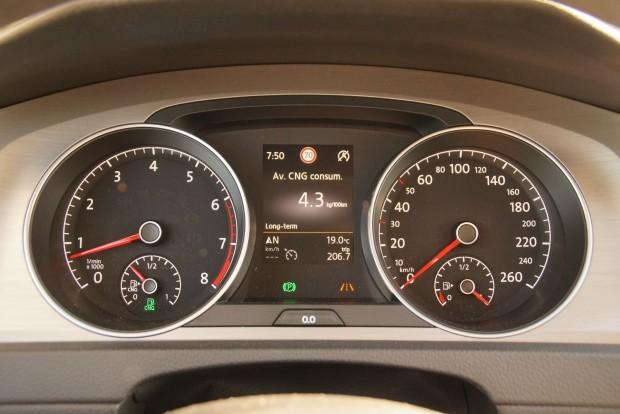 Kettős üzemanyag-óra a CNG-s Golf műszerfalán. Kis odafigyeléssel vegyes üzemben simán hozható a 4,3-as érték, még klímázva is