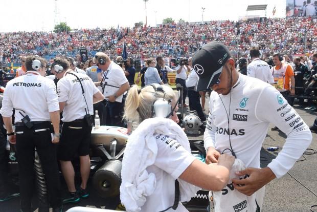 F1: Az Olasz Nagydíjon büntetik Hamiltont