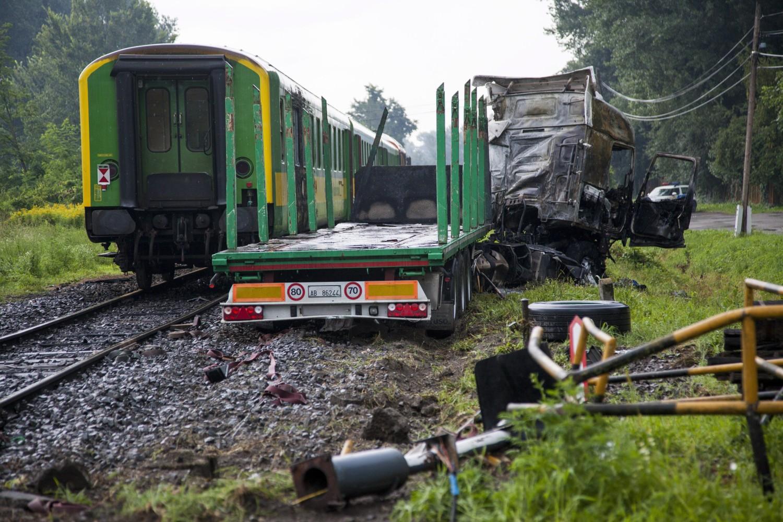 Barcs, 2016. július 25. Összeroncsolódott, kiégett kamion egy személyvonat mellett egy barcsi vasúti átjárónál 2016. július 25-én, miután a két jármû összeütközött. A kamion az ütközés következtében kigyulladt, vezetõje a helyszínen meghalt. A Sopron és Pécs között közlekedõ szerelvény mozdonyvezetõje és egy utasa könnyû sérülést szenvedett. MTI Fotó: Varga György