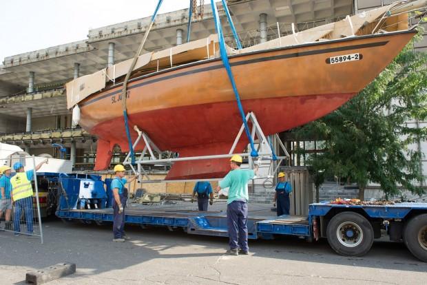Budapest, 2016. július 25. Szakemberek szállítják el Szent Jupát nevû vitorláshajót a Közlekedési Múzeum megbontott épületébõl 2016. július 25-én. Ezen a napon befejezõdött a mûtárgyak elszállítása a Liget Projekt keretében megújuló múzeumból. MTI Fotó: Lakatos Péter