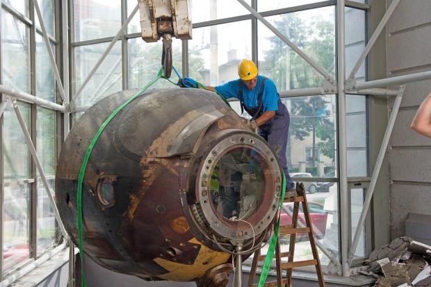 Budapest, 2016. július 25. Szakemberek szállítják el a Szojuz 35 ûrhajó parancsnoki kabinját a Közlekedési Múzeum megbontott kiállítási épületébõl 2016. július 25-én. Ezen a napon befejezõdött a mûtárgyak elszállítása a Liget Projekt keretében megújuló múzeumból. MTI Fotó: Lakatos Péter