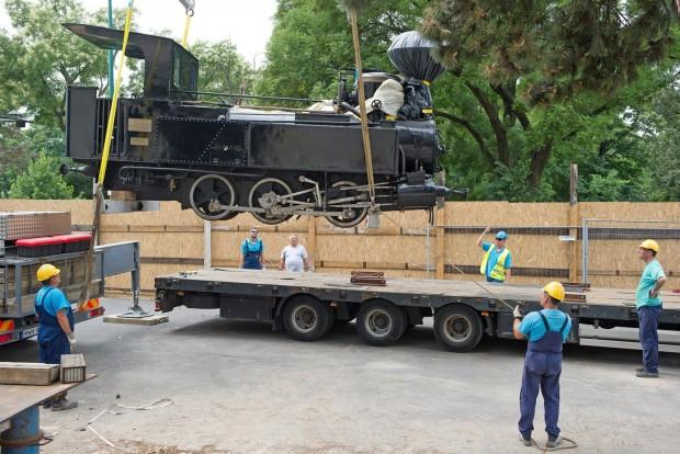 Budapest, 2016. július 25. Szakemberek szállítják el az 1870-ben készült keskeny nyomtávú gõzmozdonyt a Közlekedési Múzeum megbontott kiállítási épületébõl 2016. július 25-én. Ezen a napon befejezõdött a mûtárgyak elszállítása a Liget Projekt keretében megújuló múzeumból. MTI Fotó: Lakatos Péter