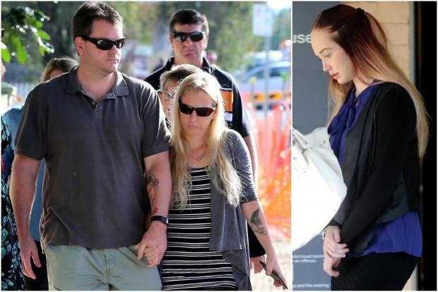 A gyászoló szülők és a vádlott a tárgyaláson. A szülők karjukra tetováltatták elhunyt kislányuk arcképét, nevét.