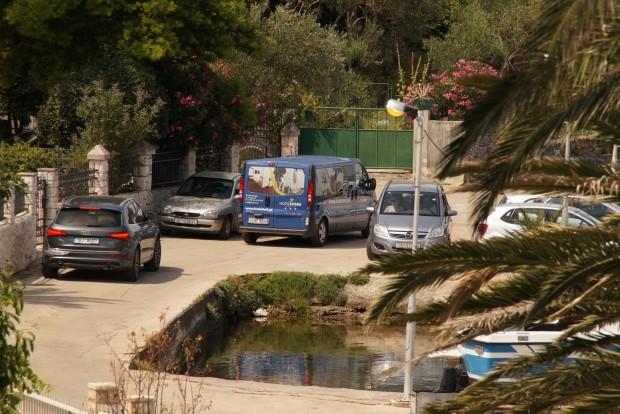 A forgalom a szűk kis nyaralófalvak utcáin sok türelmet igényelnek az autósoktól