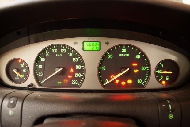 Lancia Lybra évezredünk elejéről. Olasz autónál nem ritka, hogy egész csomó világít menet közben is, de azért érdemes rájuk odafigyelni