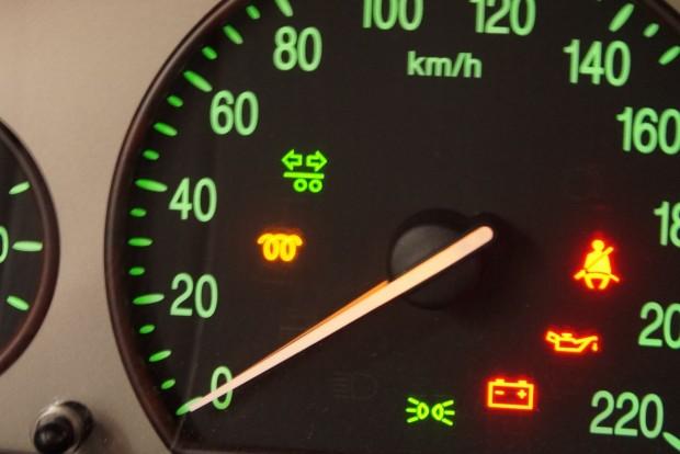 A felső zöld lámpa a kocsihoz kapcsolt utánfutó indexének visszajelzője. Ha nem lóg utánfutó a kocsin, az indexelés kezdetén egy nagyon rövidet villanhat, ne rémüljünk meg