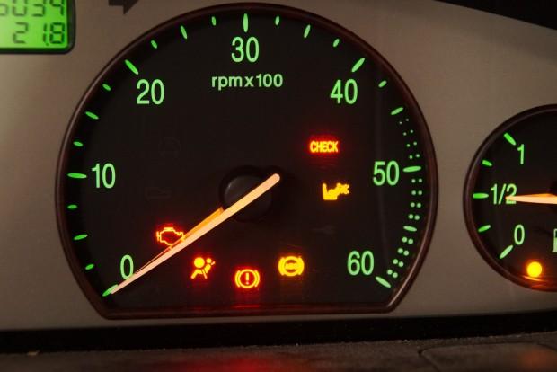 A CHECK lámpa a Lanciánál (és sok kortárs olasznál) nem motorhibát jelez, hanem valami általános odafigyelni valót. Alatta a kikapcsolt utaslégzsák egy alternatív piktogramja