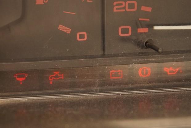 A vízcsap és mellette a lehetetlen lámpa a tankban lévő vízre illetve az üzemanyagszűrőben lévő vízre utal