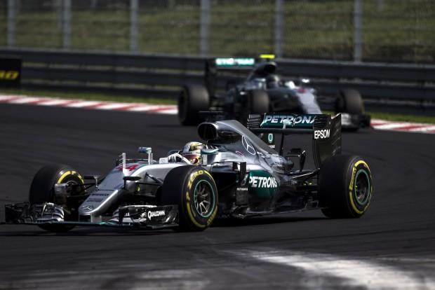 F1: A Mercedes egyszerre cserélhet két pilótát
