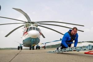 Teherautó helyett ember húzta a helikoptert