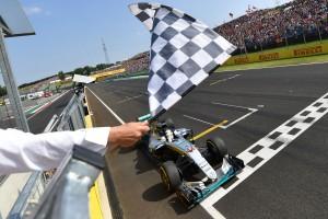 """F1: """"Hamilton a középső ujjával állt az élre"""""""