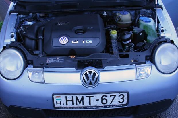 Akkumulátort nem látni, csak a bikázópontokat. Az akksi nem a motortérben van, hanem hátul, a jobb súlyelosztás érdekében