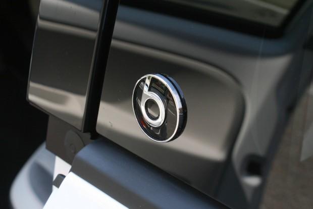 Hét hangszórós, 300 W teljesítményű a feláras audiorendszer. Ez a Beats Audio modell, de a hangrendszer más felszereltséggel is megrendelhető